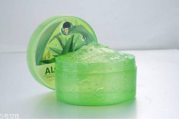 芦荟胶敷脸之后需不需洗脸 芦荟胶避免叠加其它护肤品用