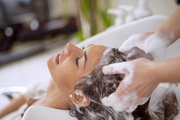 先洗脸还是先洗头 洗头发的最佳时间