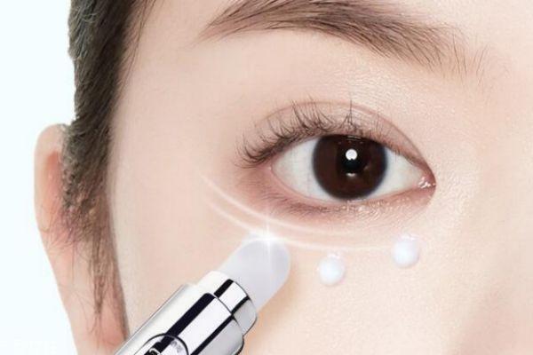 眼霜在精华液前还是后 先涂精华液还是先涂眼霜