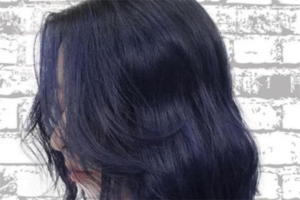 蓝黑色掉色是什么颜色 蓝黑色头发掉色过程