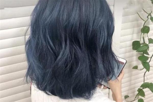 蓝黑色头发多久会掉色 染蓝黑色伤头发吗
