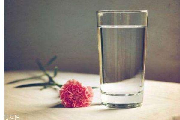 正常人一天应该喝多少水呢 什么时候喝水最好呢