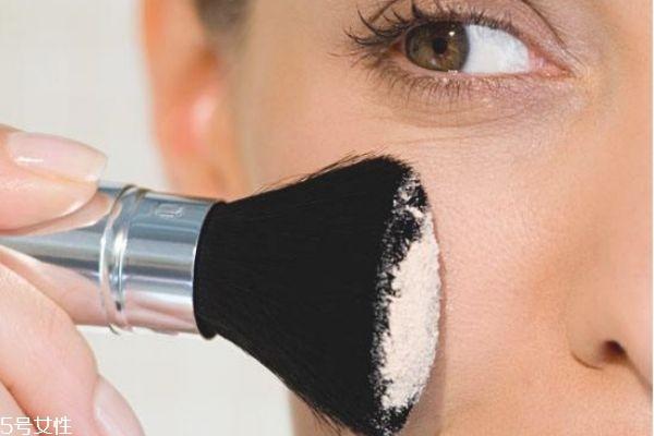 定妆粉的正确用法图片