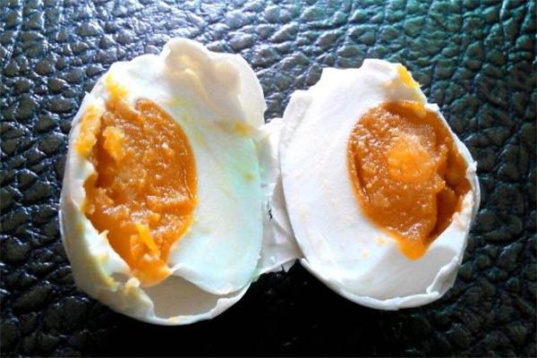 咸鸭蛋蛋黄变黑能吃吗 咸鸭蛋坏了是什么样