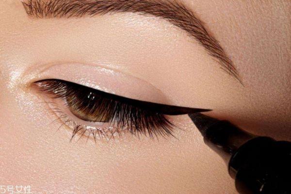 眼线晕妆怎么办 单眼皮画眼线这样画