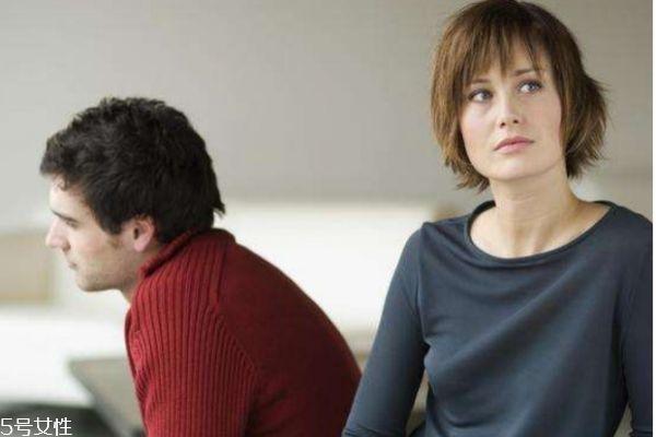 网上相亲的英语作文,女朋友是否应该体谅男友工作很忙呢