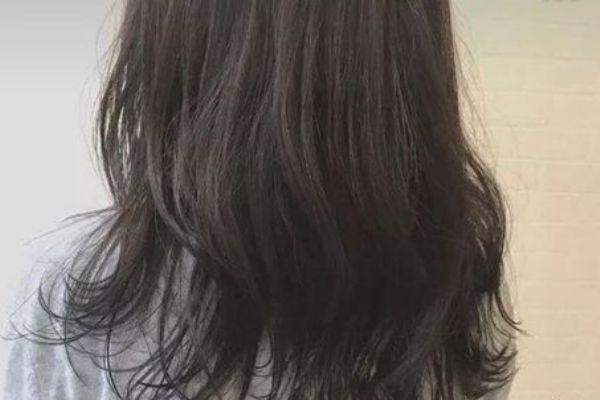 黑茶色和自然黑的区别 黑茶色与黑色头发对比
