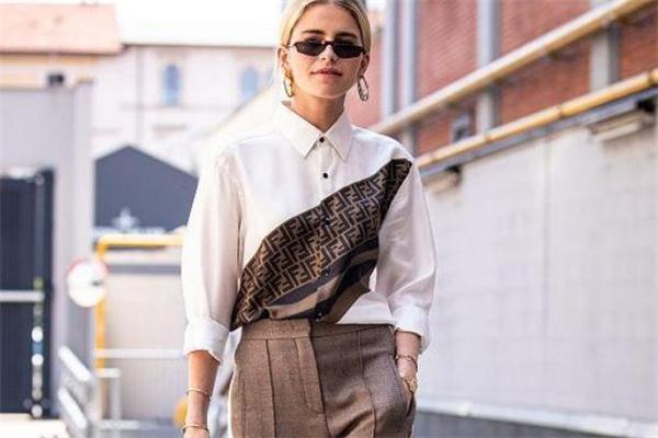 30岁女人怎么穿衣服显年轻 30岁女人穿衣搭配技巧