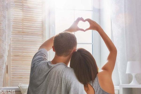 如何判断一个男生是不是真的爱你 男人爱你的表现是什么