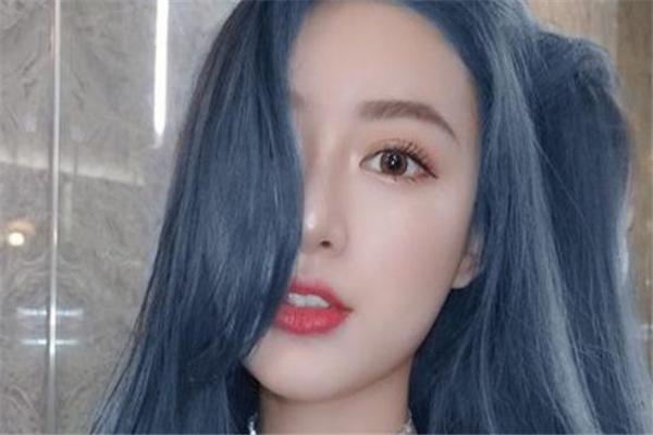 蓝灰色头发怎么染 蓝灰色掉色后是什么颜色