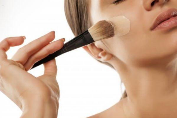 粉底液用什么工具涂比较好 涂粉底液的工具