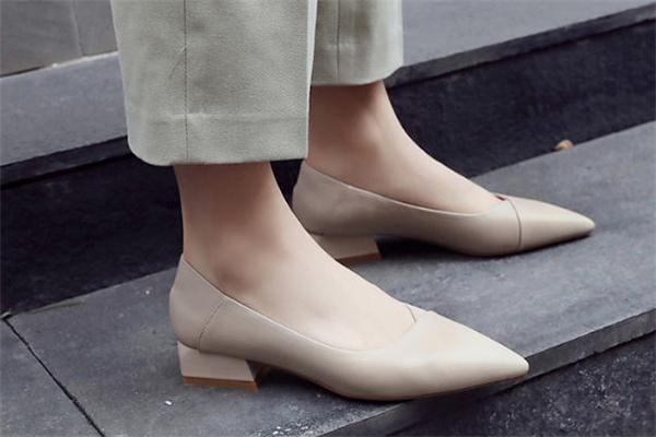 尖头鞋什么颜色好看 尖头鞋款式推荐