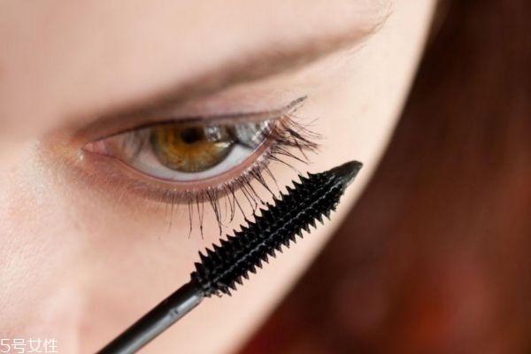 睫毛膏晕妆该怎么办 睫毛膏的上妆要点是什么