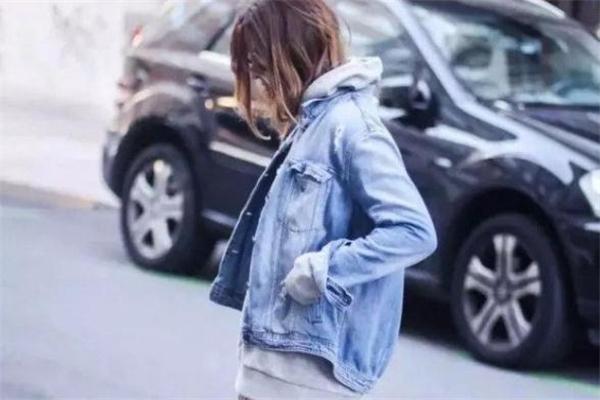 灰色卫衣配什么外套好看 灰色卫衣搭配外套图片