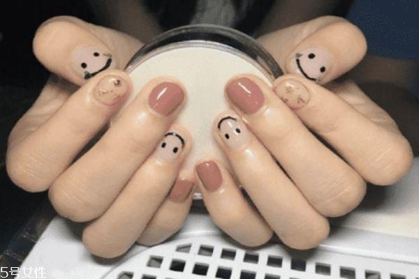美甲笑脸图案怎么画 笑脸美甲图片