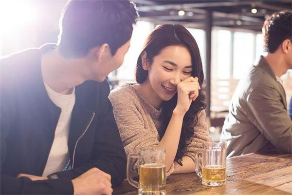 酒吧遇到喜欢的女生怎么搭讪 酒吧怎么搭讪女生
