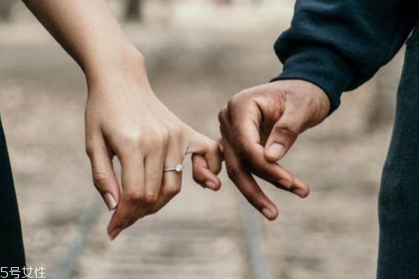 怎么能看出男生是不是爱你呢 男生爱你有什么表现呢