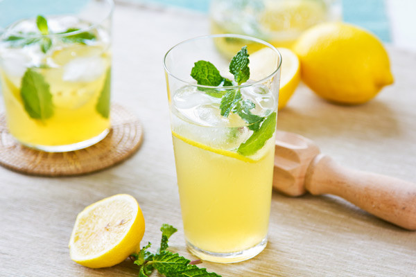 长期喝柠檬水会腐蚀牙齿吗 怎么喝柠檬水不伤牙