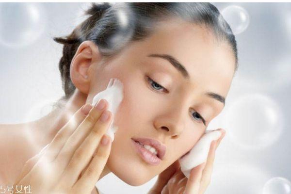 秋天油性皮肤应该怎么选择护肤品呢