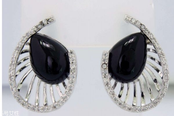 银耳环和铁耳环有什么区别呢 银耳环有什么好处呢