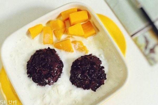 芒果白雪黑糯米怎么做好吃 芒果白雪黑糯米的做法