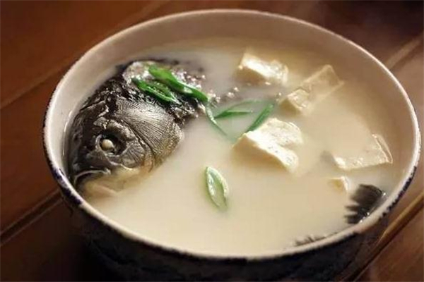 炖鱼头汤用热水还是冷水 炖鱼头汤用什么水比较好
