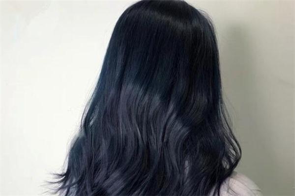 黑蓝色头发适合什么肤色 黑蓝色头发显皮肤白吗