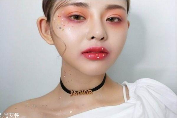化妆脸上贴的皮是什么 化妆脸上贴的假脸皮