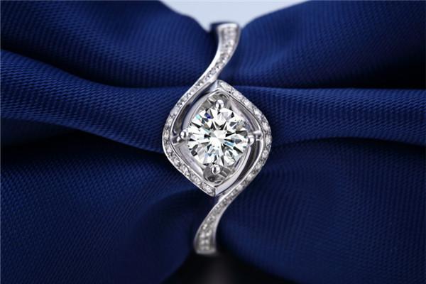 如何识别钻石是否为天然钻石,如何识别正规钻石证书