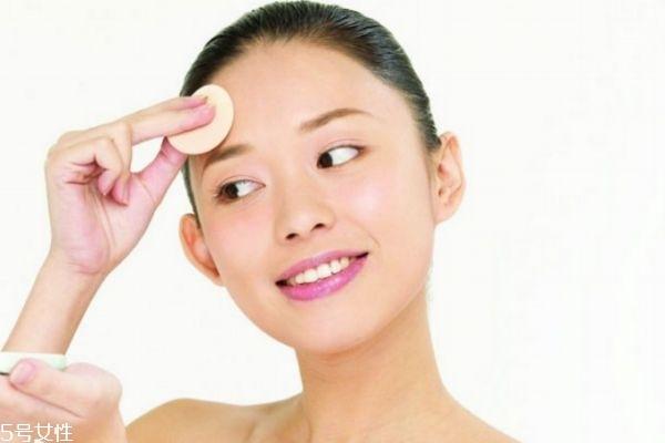 油性皮肤会干吗 为什么有什么皮肤油有时候皮肤干呢