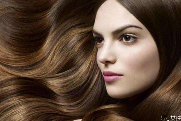 为什么黑头发里会出现一根金头发呢 头发干燥怎么办呢