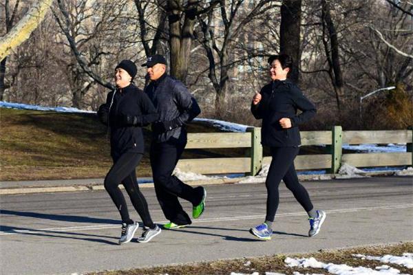慢跑和打羽毛球哪个更减肥 慢跑和打羽毛球哪个消耗大