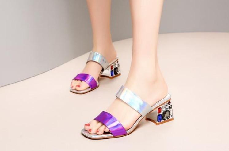 脚宽穿什么凉鞋好看 脚宽的女生适合穿什么凉鞋