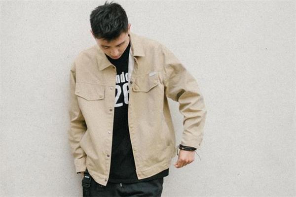 男生工装外套什么颜色好看 男生工装外套穿搭图片