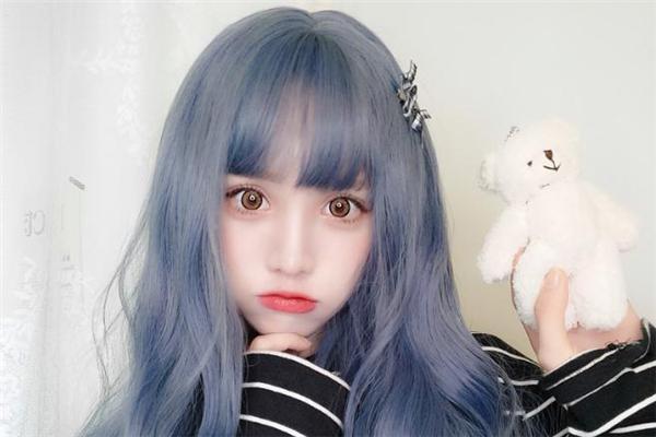 蓝灰色适合什么肤色 蓝灰色发色显白吗