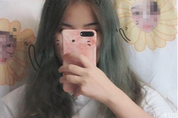 蓝黑色掉色后是什么颜色 蓝黑色头发褪色后图片