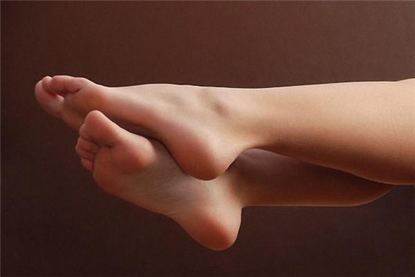 脚脱皮是怎么回事 脚脱皮怎么解决呢