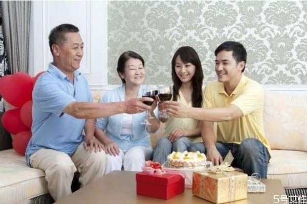 第一次见女方父母送什么好 第一次见女方父母禁忌