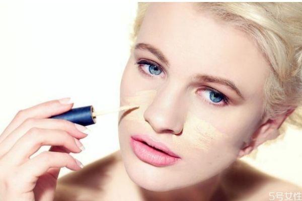 化妆容易起皮怎么办 为什么一化妆脸就起皮