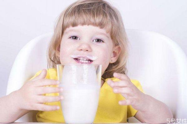 儿童喝牛奶有什么好处呢 儿童一天可以喝多少牛奶呢