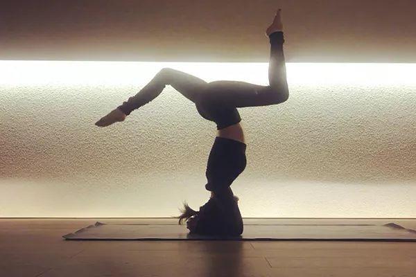 瑜伽倒立怎么练 练瑜伽多久才能倒立