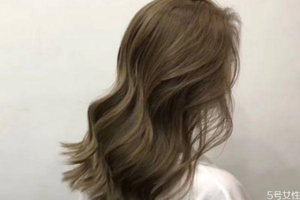染发后洗头掉色怎么办 染发后如何护理头发