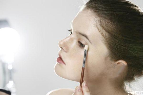 眼妆总是晕染怎么办 如何化眼妆不晕染