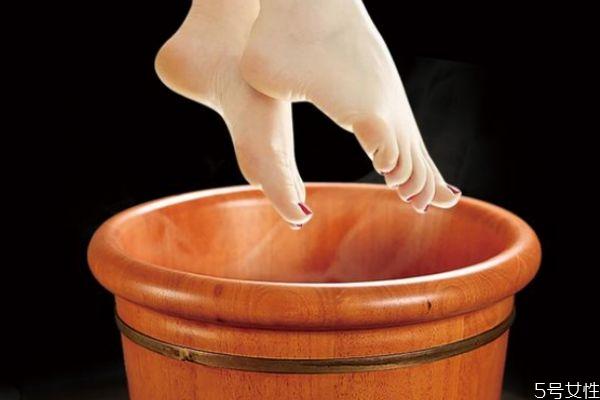 泡脚应该用多少度的热水呢 泡脚最多可以泡多久呢