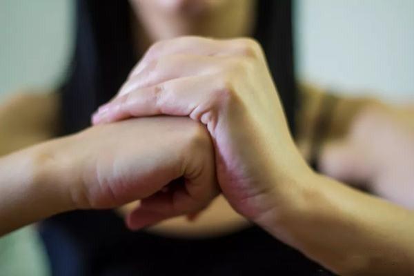 掰手指为什么会变响 长掰手指会导致关节炎吗