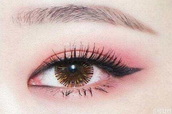 化妆什么时候贴假睫毛 如何化妆粘贴假睫毛