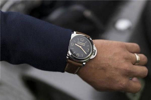 穿衬衫怎么戴手表好看 男人戴手表有什么讲究