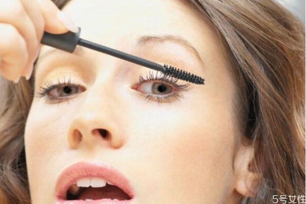 粘贴假睫毛的方法图片