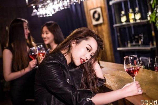 征婚那个相亲网靠普,酒吧搭讪怎么开场白 酒吧搭讪技巧