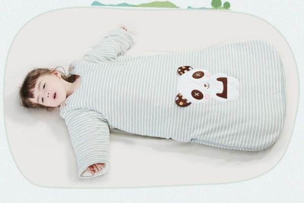 穿睡袋还要给宝宝盖被子吗 宝宝睡睡袋里面穿什么